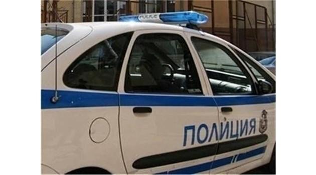 Мъж замерва майка с 2-годишно, реже си гръкляна с бутилка пред полицаи в Бургас