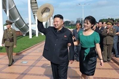 Ким Чен Ун и съпругата му Ри Сол Джу СНИМКА: Ройтерс