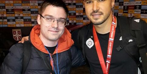 Авторът с Валери Божинов на стадиона в Горни Милановац след финала за Купата на Сърбия Партизан-Явор (2:0) през 2016 г.