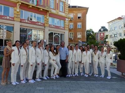 Александър Богдан Томпсън позира с международния балет на Плодивската опера.