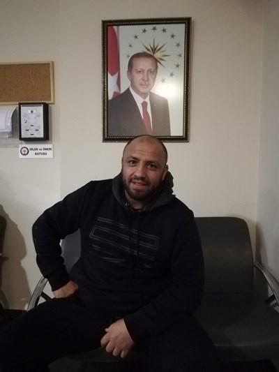 Трайко Стоянов позира в офиса си до портрет на Ердоган