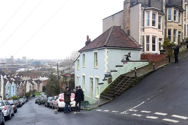 Жена се отказа да продава къщата си, след като Банкси й изрисува стена (Снимки)