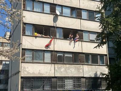 Студентите се пекат на прозорците на общежитията си в Студентски град. Снимка: Фейсбук