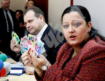 В края на 2012 г. регионалният министър Лиляна Павлова показва винетките за 2013 г. Тогава за последно бяха вдигнати цените, но само за камионите, тези за леки коли не са пипани от 2008 г. СНИМКА: 24 часа