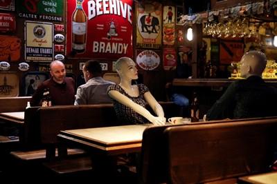 Манекени са поставени на маси в бар в Истанбул, за да се спазва дистанция. СНИМКА: РОЙТЕРС