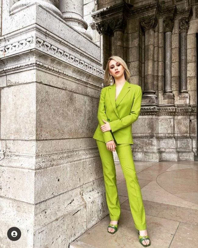 Бакалова позира в Париж с лимоновозелен елегантен костюм.
