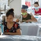 Работнички изработват маски във Виетнам  Снимка: Ройстерс