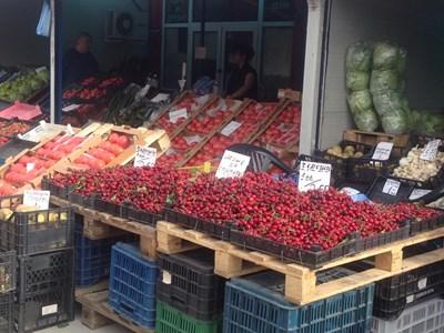 Не съвсем узрели черни череши се предлагат на зеленчуковата борса по 3,60 лева. СНИМКА: ЦАНКО ЦАНЕВ