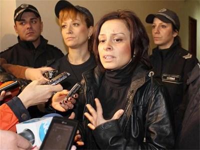 Надя Иванова от Бургас, която уби 12-годишната Валя на зебра, за първи път даде изявление пред медиите по време на делото в апелативния съд. СНИМКИ: ЕЛЕНА ФОТЕВА