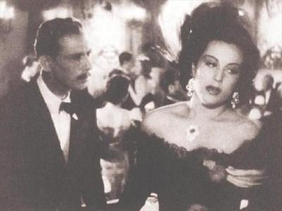 """Надя Ножарова с Иван Димов във филма """"Изпитание"""", сниман 1942 г. Тя играе съпруга на богаташ, който я подозира, че му изневерява с архитекта на новата им вила във Варна. Умишлено я праща на среща с него, а тя тогава разбира, че е бременна. Съпругът й вдига скандал и младата жена изчезва. Всички мислят, че се е удавила, освен нейния лекар... СНИМКИ: АРХИВ"""
