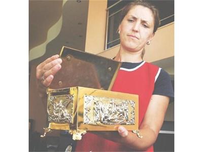Служителка от магазин за църковна утвар показва сребърния реликварий, който Бойко Борисов купил за 724,60 лв. В него ще бъдат положени мощите на Йоан Кръстител. СНИМКА: НАТАША МАНЕВА