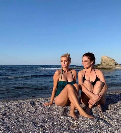 Диана Алексиева и Теодора Духовникова на плаж СНИМКА: ФЕЙСБУК НА ТЕОДОРА ДУХОВНИКОВА