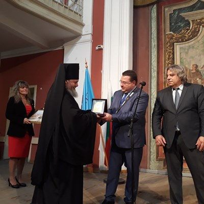 Кметът Генчо Генчев връчи на митрополит Григорий почетния знак на  Свищов