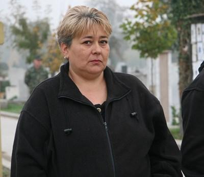 Недялка Михайлова всеки ден е на Английските гробища в Пловдив. Снимки: Евгени Цветков