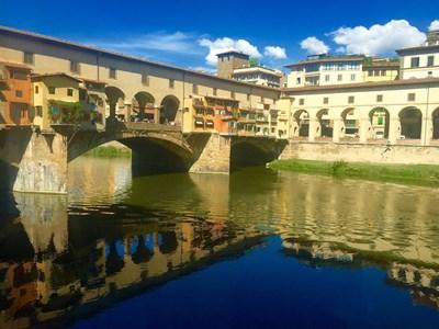"""Коридорът """"Вазари"""" минава над Понте Векио (вляво) и част от галерията със сводове вдясно, която води към музея """"Уфици""""."""