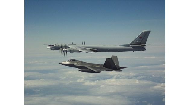 Виж как американски изтребители прихванаха руски бомбардировачи в буферната зона край Аляска