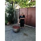 Зам.-кметът на община Брезово Иван Тачев дава личен пример и използва газова горелка за лютеницата