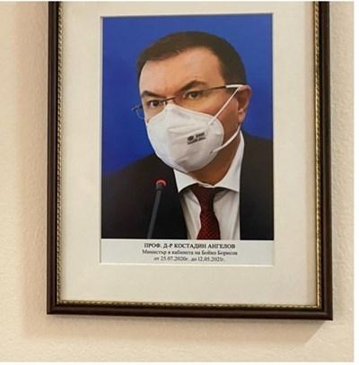 Костадин Ангелов е с маска и пред него има микрофон.   СНИМКА: ЛАДИСЛАВ ЦВЕТКОВ/БИ ТИ ВИ