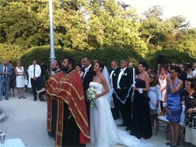 Младоженците греят от щастие по време на църковния ритуал. Николай Младенов и кумът Бойко Борисов са с еднакви черни фракове и малки бели рози на ревера - същите като тези от булчинския букет. СНИМКА: АВТОРЪТ