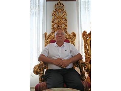 """Кирил Рашков се изживява като цар, седнал на позлатен """"трон"""". СНИМКА: СЛАВИ АНГЕЛОВ"""