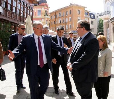Главният прокурор на Турция Мехмед Акараджа и българският му колега Сотир Цацаров пред Джумая джамия. Снимки НАТАША МАНЕВА