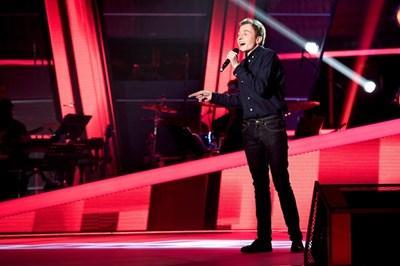 """Изпълнителят изправи на крака публика и жури с песента на Джеси Джей - """"Flashlight""""."""