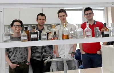 Петър, Евгени, Камен и Денислав (от ляво на дясно) се подготвят за състезания във Факултета по химия и фармация на Софийския университет. СНИМКА: Румяна Тонeва