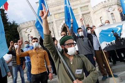 Турци протестират срещу Франция в Истанбул. СНИМКА: РОЙТЕРС