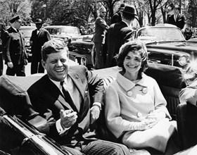 """Преговорите за института """"Изток-Запад"""" се водят и с Джон Кенеди, който е убит през 1963 г. в Далас. След това разговорите се продължават от наследника му Линдън Джонсън."""
