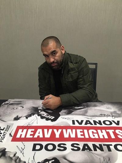 Благой Иванов разписва плакат за мача си срещу Жуниор дос Сантос след пристигането си в Бойзи.