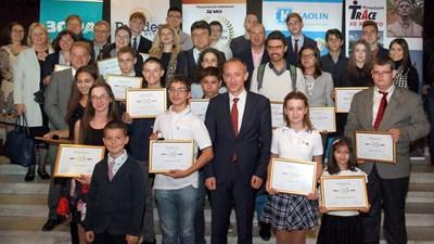 Министърът на образованието и науката Красимир Вълчев с наградените отличници на България на церемонията в НДК във вторник