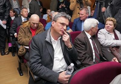 Бисер Лазов чака началото на разпита. СНИМКА: Пиер Петров