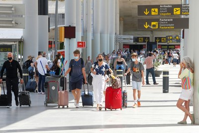 Британски туристи пристигат в Палма де Майорка. СНИМКА: СНИМКА: РОЙТЕРС