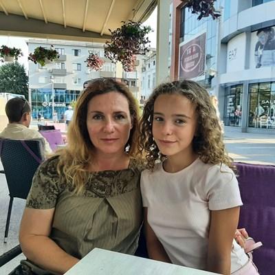 Дебора и майка й очакват с нетърпение премиерите на филмите, в които детето играе.