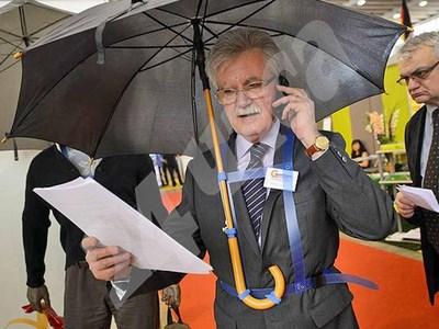 Изобретателят на чадъра хендсфри. СНИМКА: 24 часа