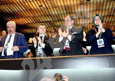 Фатма Кая (вдясно), зам.-председателката на управляващата Партия на справедливостта и развитието, присъства на учредяването на партия ДОСТ в НДК на 10 април 2016 г. В събота тя не бе допусната до митинг в Холандия, където искаше да участва като министър на семейството и социалната политика. До нея е турският посланик в София Сюлейман Гьокче. СНИМКА: 24 часа