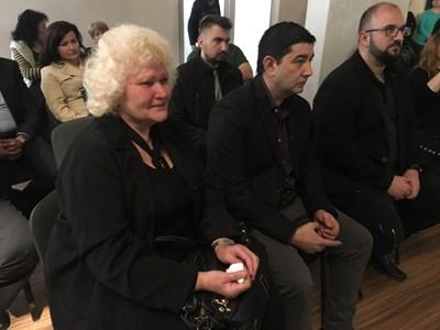 Мариана Мърцева се разплака, когато показаха кадри с опожареното й жилище. Снимки: Авторът