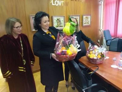Десислава Танева получи огромни лимони, ябълки, грейпфрут, произведени в опитните полета на Аграрния университет в Пловдив. СНИМКИ: Авторката