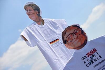 Чучела на Бил Гейтс и Ангела Меркел носят протестиращи COVID-дисиденти в Щутгарт, Германия, недоволни от ограниченията. СНИМКА: РОЙТЕРС