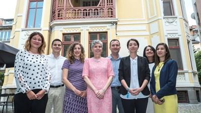 """Фондация """"Америка за България"""" е независима, неправителствена и неполитическа организация, която финансира проекти за укрепване на частния сектор и свързаните с това демократични институции в страната."""