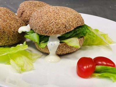 В пекарната започват да предлагат и кето продукти като това хлебче, направено от бадемово брашно и хуск.