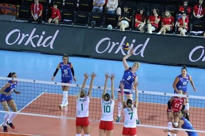 Звездата на Сърбия Бранкица Михайлович атакува над българския блок в мача от европейското в Анкара.  Снимка: CEV