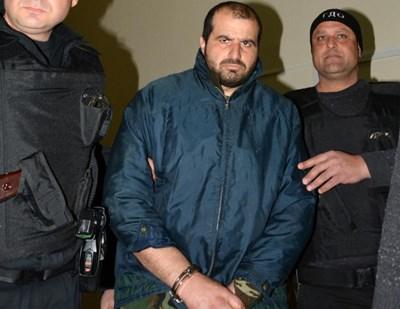 Униформени водят Иван Пачелиев в съда след първия арест през февруари 2018 г.