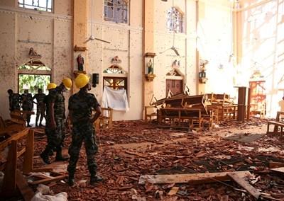 Военни оглеждат щетите от избухналата бомба в черква в град Негомбо.  СНИМКИ: РОЙТЕРС