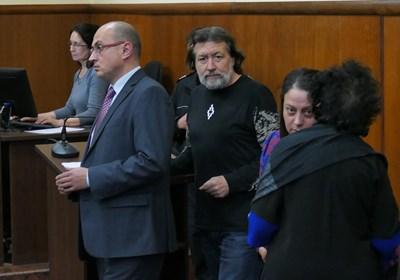 Николай Банев в Специализирания наказателен съд. Пред него е адвокатът му Христо Ботев, който го защитава и по делото срещу затвора заради камерите.