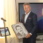 Димитър Цонев-син връчи барелефа с лика на баща си на Николай Дойнов.