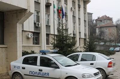 Задържаха мъж, потрошил входа на блок в Габрово
