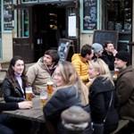 Англичани се наслаждават на чаша бира в кръчма в Лондон.