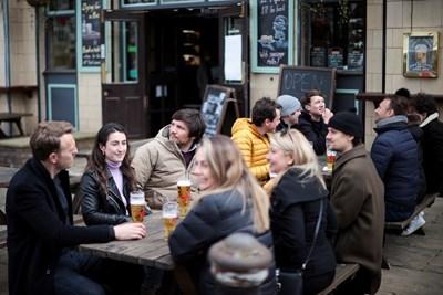 Англичани се наслаждават на чаша бира в кръчма в Лондон. СНИМКА: РОЙТЕРС
