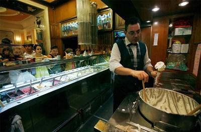 """В """"Джолити"""" в Рим винаги е пълно с хлапета, които чакат с нетърпение за фунийка с любимия сладолед. СНИМКА: РОЙТЕРС"""